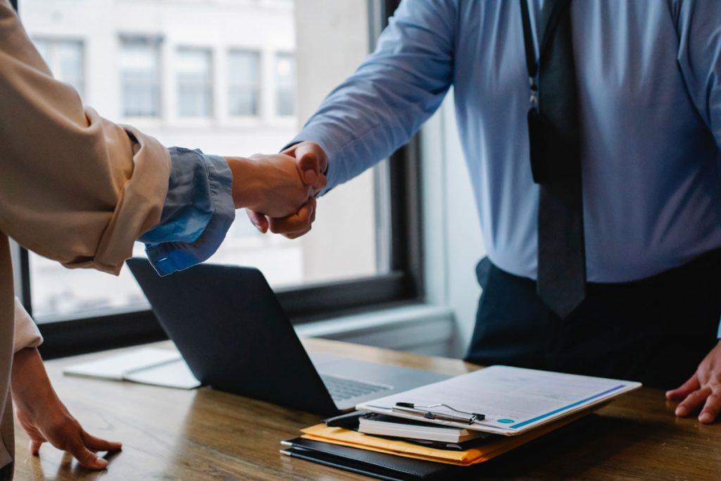 comment assurer une gestion des contrats de travail efficacement avec un sirh